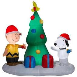 peanuts snoopy and charlie with christmas tree
